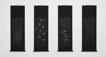 写真:四季掛軸(蒲公英、海月、茸、白雪) 2012 和紙、インク(和紙にプラスチックゴミをスタンプ)