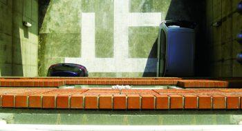 写真:止 2008 コンクリートにチョークでドローイング(広島市立大学芸術学部棟内)