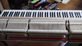 レッスン室のピアノ 調整中